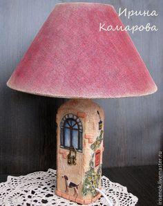 Купить или заказать Лампа-домик в интернет-магазине на Ярмарке Мастеров. Настольный светильник в форме старого домика. Дом-очень добрый символ семейного благополучия. Такая лампа-отличный подарок новоселам, на годовщину свадьбы и т.д. Стены домика потёртые, шершавые, окошки с имитацией стекла, кирпичики как настоящие, зелень-объёмная. На верхней части домика примостилось птичье гнездо с яичками, а под одном из окон- клетка с канарейкой. Абажур тканевый. Цоколь…