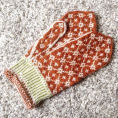 Photo Knitted Mittens Pattern, Knit Mittens, Knitted Gloves, Knitting Patterns, Fair Isle Knitting, Free Knitting, Knit Stranded, Textiles, Yarn Crafts