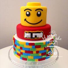 Bolo LEGO cenográfico, para locação. Feito em biscuit, com nome personalizável. Prato não incluído na locação.