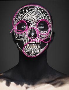 Le photographe anglais Rankin a pour habitude de shooter de grandes personnalités. Dans Epitaph, il cherche a illustrer le côté festif de la mort en référence aux fêtes données lors du jour des morts aux Etats-Unis et au Mexique.