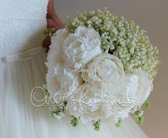 Bouquet della sposa con peonie bianche e mughetto con dettagli che richiamano il tema dell'evento. | Cira Lombardo Wedding Planner