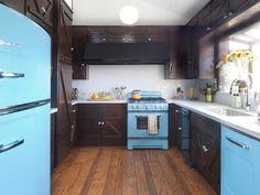 armarios de madera marrón muy oscuro en la cocina pequeña
