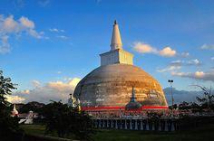 Ruwanmalisaya Dagoba, Anuradhapura, Sri Lanka (www.secretlanka.com)