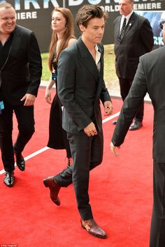 Harry, who has won early praise for his role of Alex in Dunkirk, was dressed to impress in his paired down, minimalistic black suit