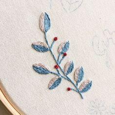 Detalhes: ramo de folhas em ponto haste e nó francês {detail: branch of leaves made with steam stitch and french knot} #clubedobordado