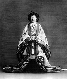 Emperatriz Kojun vistiendo un junihitoe dedicado a la coronación del emperador en 1926