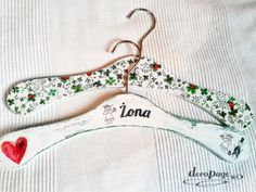 Wieszaki ślubne z czterolistną koniczyną, to nie tylko symbol szczęścia małżeńskiego, ale także rzecz praktyczna. Optymistyczny akcent dopełniający prezent ślubny.