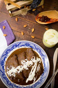 Enchiladas de pollo y queso bañadas en una salsa de mole poblano. Esta receta de enchiladas de mole es un verdadero manjar para desayunar o disfrutar a cualquier hora.