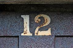 El 12 es un número fascinante, que ha estado presente de múltiples formas en la historia de la humanidad. Este año 2012, el número doce estará muy presente en el mes de Diciembre en fechas como hoy (12/12/2012) o con la supuesta y desmentida por la NASA, predicción maya del fin del mundo el 21/12/2012. El número doce concentra alrededor suyo una buena cantidad de curiosidades, muchas de ellas basadas en las Matemáticas.