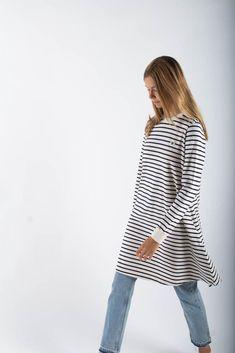 Stribet Isa Dress i Off-White/Navy fra Wood Wood. Den er lavet i 100% blødt økologisk bomuld. Kjolen har larme ærmer, en fin a-form og et broderet Wood Wood logo på brystet. Et let og lækker kjole, som kan bruges til både jeans og et par tights indenunder. Bell Sleeves, Bell Sleeve Top, Navy Stripes, Off White, Dresser, Blouse, Wood, Long Sleeve, Collection