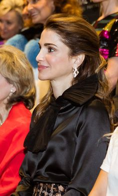 Queen Rania accepts the Global Trailblazer Award at the Vital Voices Global Leadership Awards March 2017 / Washington D. Queen Noor, Queen Rania, Queen Letizia, Washington Usa, Fifty Shades Of Grey, Best Makeup Products, Diva, Awards, Royalty