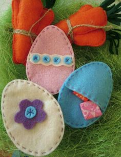 Pochette de Pâques en feutrine en forme d'oeufs, à remplir Felt eggs fill-able! These could be an easy DIY project Felt Crafts, Fabric Crafts, Crafts To Make, Crafts For Kids, Kids Diy, Easter Projects, Easter Crafts, Craft Projects, Easter Ideas