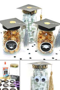 Frascos decorados con mini birretes como recordatorios de graduacioanes. #RecordatoriosGrados