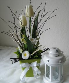 Jemná dekorace s tulipány Easter Flowers, Spring Flowers, Valentine Baskets, White Flower Arrangements, Easter Colouring, Ikebana, Church Flowers, Deco Floral, Gifts In A Mug