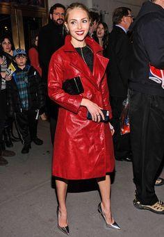 """Modische Stars: Die """"kleine Carrie Bradshaw"""" hat ihren eigenen Stil gefunden: """"The Carry Diaries""""-Darstellerin AnnaSophia Robb fällt mit ihrem roten Ledermantel und den silbernen, spitzen High-Heels sofort ins Auge."""