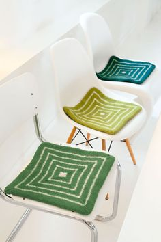 Lana Grossa SITZKISSEN Feltro - STRICK & FILZ No. 10 - Modell 12 | FILATI.cc WebShop Round Seat Cushions, Knitting Supplies, Wet Felting, Needle And Thread, Rug Making, Felt Crafts, Kids And Parenting, Floor Chair, Weaving
