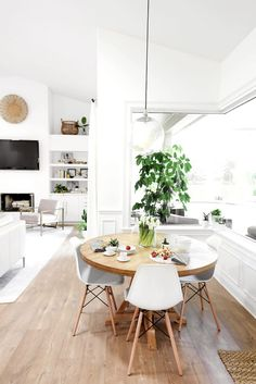 LOOK: Find 15 Gorgoeus Scandinavian Dining Room Interior Design Ideas For Small Space Round Dining Table Modern, Dining Table Design, Dining Nook, Round Tables, Dining Tables, Coffee Tables, Kitchen Dining, Kitchen Decor, Kitchen Cabinets