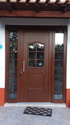 Porta de entrada em PVC imitação madeira. Quere saber mais: Visite-nos em www.mestreraposa.com
