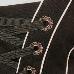 Wunderschönes edles Festtagsdirndl mit einem Oberteil aus schwarzem Leinen, mit weißen Paspeln und einer Schnürung mit hübschen Blütenösen, und einem schwarz weiß gemusterten Rock.  Mit dabei ist...