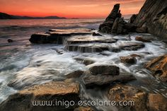 Long exposure in Azkorri by Iñigo Escalante on 500px  Precioso atardecer en la playa de Azkorri.  Con esta acabo la serie para no aburrir mas y por que queria probar a que hora del finde es mejor para subir las fotos en flickr y 500px.  En esta he sacado mas detalle.
