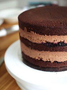 Tämä suklainen resepti avaa aurinkoisen ja kakkujen täyteisen viikon! Tällä viikolla leivotaan sekä syödään kakkuja naistenpäivän ja minun syntymäpäivieni kunniaksi! Viikko huipentuu kakkumessuihin loppuviikosta! Voiko olla täydellisempää tapaa viettää syntymäpäivää kun lentää Lontooseen katselemaan, ihastelemaan ja koristelemaan kakkuja? En malta odottaa! Instagramissa on luvassa paljon kakkumateriaalia loppuviikosta! Täydellinen suklaamousse on luotto-ohjeeni ajoilta, jolloin aloitin leipom... Baking Recipes, Cake Recipes, Dessert Recipes, Doughnut Cake, Sweet Bakery, Something Sweet, Sweet And Salty, Mellow Yellow, Cakes And More