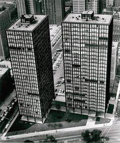 Torri residenziali / Lake Shore Drive / Chicago / 1948 51 / Le due torri, alte 26 piani, utilizzano sempre i pilastri a doppia T che crea una sorta di motivo a ordito in facciata.