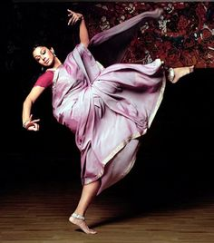 Dancing in a sari Shobana, actress and bharatanatyam dancer. Isadora Duncan, Dancers Feet, Ballet Russe, Indian Classical Dance, Dance Paintings, Dance Poses, Street Dance, Delon, Dance Pictures