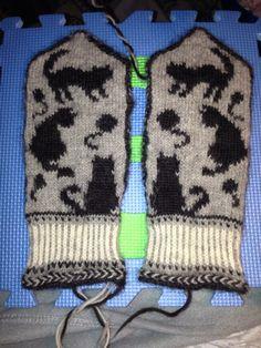 """Mittens by Maria Brolén from the book """"Vantar för alla årstider"""" Mittens Pattern, Knit Mittens, Cat Pattern, Knitting Socks, Mitten Gloves, Knitting Patterns Free, Free Knitting, Patterned Socks, Winter Warmers"""