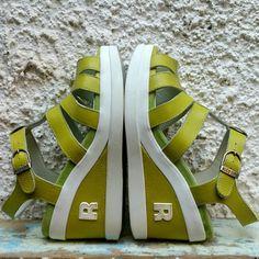 Sandali Ruco Line con fasce in pelle verde acido e zeppa media anch'essa con inserto in pelle. Come nuove. Senza scatola. N 38 (suola interna cm 24.5).