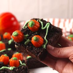 Pumpkin Patch Brownies The sweetest pumpkin patch you ever did see. The post Pumpkin Patch Brownies appeared first on Halloween Food. Dessert Halloween, Halloween Baking, Halloween Food For Party, Halloween Brownies, Halloween Chocolate, Halloween Dessert Recipes, Scary Halloween Treats, Halloween Finger Foods, Halloween Party Appetizers