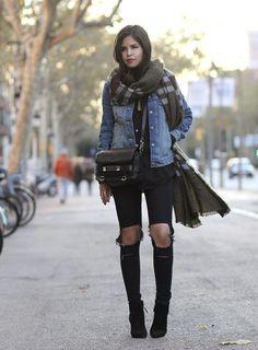 Jeans mit Knie Riss, großer Schal und Jeans Jacke