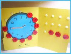ЗНАКОМИМСЯ С ЧАСАМИ   На обычной бумажной папке нарисуйте часы, по краю циферблата над цифрами наклейте кусочки ленты-липучки, на другой части папки наклейте еще 12 кусочков ленты-липучки и разместите на них цифры, обозначающие минуты - 5, 10, 15 и т.д. Ребенку нужно будет самому расположить их на циферблате.