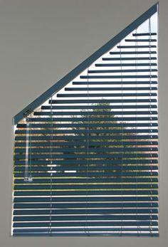 Store vénitien pour fenêtre trapézoïdale Windows, Window Treatments, Window Coverings, Horizontal Blinds, Ceiling Curtains, Triangle Window, Window Awnings, Curtains With Blinds, Window Shades