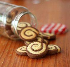 Biscoitos Caracol (do livro Martha Stewart Cookies) – rende mais ou menos 60 biscoitos 1 1/2 (250g) de manteiga sem sal, em temperatura ambiente 1 3/4 xíc. de açúcar 2 ovos ligeiramente batidos, mais 1 clara separada 1 colher de chá de sal 2/3 xíc. de leite 1 colher de sopa de baunilha 5 xícaras de farinha de trigo 1/4 xíc. da cacau em pó