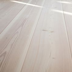pur natur Dielen Douglasie | Holzböden | pur natur Contemporary Museum, Hardwood Floors, Flooring, Underfloor Heating, New Green, Florida Home, Black Forest, Types Of Wood, Restoration