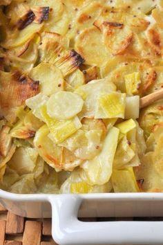 Gratin pommes de terre & poireaux C'est dommage mais je trouve que nous ne pensons pas toujours à associer les pommes de terre aux légumes. Cela donne pourtant de savoureux mélanges qui permettent de faire des plats de saison. Contrairement à ce que l'on pourrait croire en regardant certains étals...