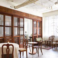 🤔비슷비슷한 컨셉트과 인테리어의 카페에 질리셨다면? 송리단길에 새로 오픈한 개화기 느낌의 👉'만옥당' 카페를 소개합니다. 오래된 건물에 폐철도로 만든 🚪문을 열고 들어서면 새로운 시대에 온 듯한 착각을 일으키는데요. ⏳동서양의 오브제들과 빈티지한… Pub Bar, Restaurant Bar, Cafe Interior, Interior Design, Cafe Concept, Coffee Cafe, Cafe Design, Facade, Diy And Crafts