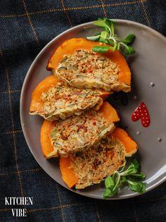 Dziś pokażę Wam, jak zamienić zwykłą, z pozoru nudną dynię w nieziemsko smaczne i piękne danie. Na ok. 3 porcje: 1 mała, kształtna dynia Hokkaido 1 woreczek kaszy jęczmiennej, ugotowanej 1 mała cukinia kilka pieczarek 1 puszka krojonych pomidorów 1 cebula 2 ząbki czosnku garść zielonych oliwek natka pietruszki kilka plastrów żółtego sera 2 jaja… Gluten Free Recipes, Vegetarian Recipes, Healthy Recipes, Avocado Toast, Pumpkin, Meals, Dinner, Vegetables, Cooking