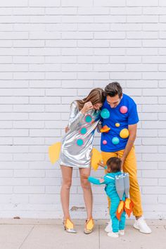 DIY Space Family Costume - Studio DIY Make cute costumes for the whole family yourself Theme space and planets Little astronaut Disney Family Costumes, Best Couples Costumes, Cute Costumes, Costumes For Women, Zombie Costumes, Costume Ideas, Jessie Costumes, Funny Family Costumes, Purim Costumes