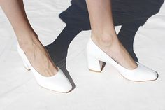 solidly very stylish 🍎🍎 same heel as ours Shoe Boots, Shoes Heels, Pumps, Shoe Bag, Quoi Porter, Walk This Way, White Heels, Lookbook, Shoe Closet