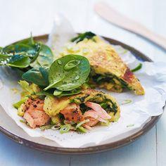 Start dagen med en omelett med varmrøkt laks, spinat og purre, så har du energien du trenger for å vare helt til lunsjen.