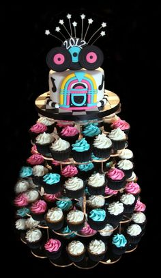 Cute cake on top. With record cupcakes underneath? Retro Birthday, 70th Birthday Parties, Themed Birthday Cakes, Themed Cupcakes, Grease Theme, Grease Party, 50s Theme Parties, Party Themes, Theme Ideas