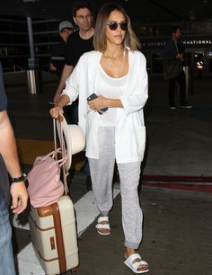 What to Wear to Fly: 25 Comfy-Chic Airport Outfit Ideas – Jenn What to Wear to Fly: 25 Comfy-Chic Airport Outfit Ideas jessica alba jetsetter airport style sweats white blazer birks suitcase getty Travel Outfit Spring, Comfy Travel Outfit, Summer Outfits, Summer Travel, Outfit Winter, Dress Summer, Jessica Alba Outfit, Jessica Alba Style, Jessica Alba Fashion