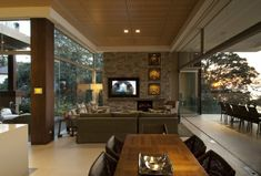 Attraktives Wohnzimmer Mit Natursteinwand Modern Stilvoll