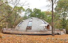 Casa oval gira para aproveitar melhor a luz externa. A residência de férias está à venda pelo valor de 950 mil dólares.