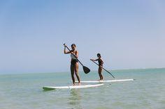 Localizada na Vila do Outeiro, está a 5min de 3 praias: Espelho, Amores e Outeiro. Possui 7 suítes amplas, claras e arejadas, ar condicionado, TV, internet e fr #praia #Brisasdoespelho #mar #atividade #aventura #standUp