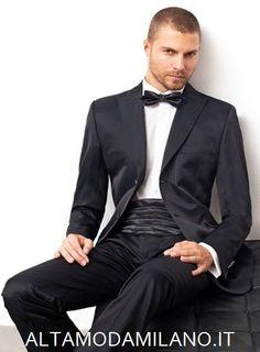 Le nuove collezioni di abiti da sposo uomo elegante di ALTAMODAMILANO.IT Sono abiti molto classici (prevalgono i tre pezzi) rivisitati però in chiave moderna, quindi con tessuti pregiati, magari lucidi o gessati, come questo elegantissimo tight uomo o l'originale abito da sposo bianco.    Estremamente trendy la scelta della cravatta dello stesso tono della camicia. TEL 0276013113