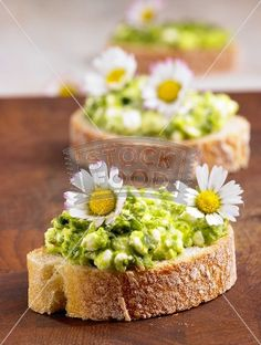 Brot mit Bärlauch-Hüttenkäse und Gänseblümchen