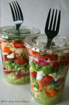 Great option for a healthy grab-and-go lunch or dinner. Via Low Carb Diner:. - Salate und Dressing - Great option for a healthy grab-and-go lunch or dinner. Via Low Carb Diner: Chopped Salad in a - Healthy Snacks, Healthy Eating, Healthy Recipes, Kale Recipes, Avocado Recipes, Healthy Travel Food, Healthy Picnic Foods, Recipies, Boat Food