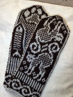 Kissalapaset - Suuri Käsityö - itse tehtyjä lapasia - Kodin Kuvalehti Mittens Pattern, Knit Mittens, Knitted Gloves, Knitting Socks, Fair Isle Knitting, Knitting Charts, Handicraft, Diy Clothes, Knit Crochet